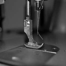 Sabes que todas nuestras prendas están hechas  a mano, están confeccionadas en nuestro taller, y a cada prenda le dedicamos el tiempo que se merece.   #cndl #condal #hechoamano #sostenibilidad #minimalism #aesthetic #madeinbarcelona